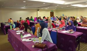 Para peserta mendengar dengan teliti penerangan yang diberikan oleh Prof. John W. Lewis.