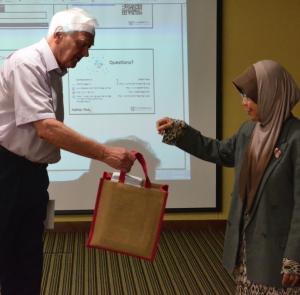 Prof. John W. Lewis menerima cenderamata daripada Pengarah IPK, Prof. Faizah Mohd Sharoum.