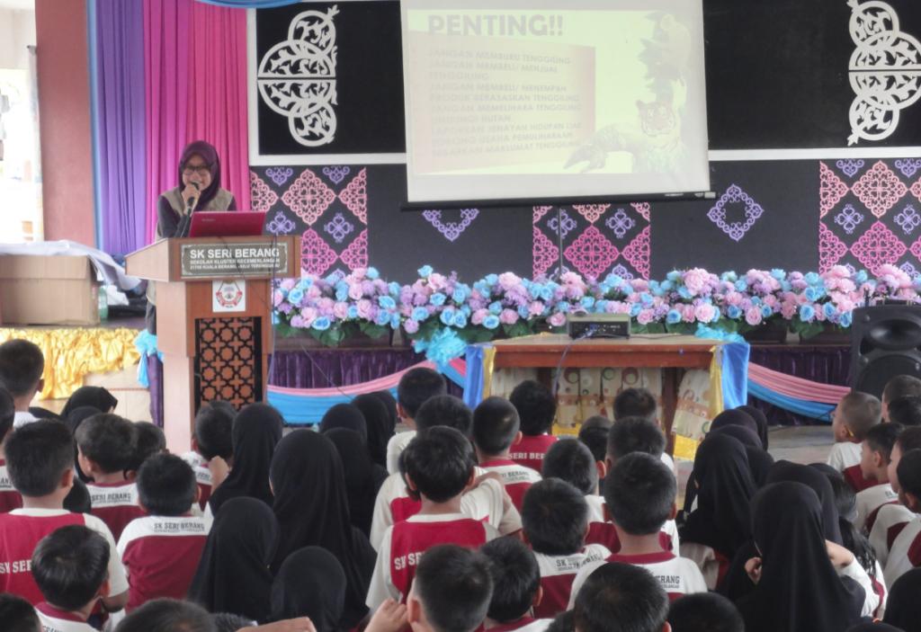 Ms. Nor Diyana was giving awareness talks regarding the Malayan Pangolin to participants.